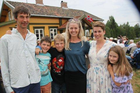 OSLO: F.v: Martin, Rikard (11), Joakim (13), Cathrine og Hedvig Lykke Olsson (helt til høyre) har hytte like ved gården til Guro Gjerstadberget og var igjen på plass på sommerkonsert.