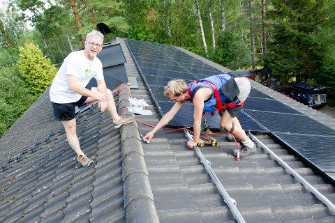 Johannes Moen monterer 34 panelplater på taket til Stig Braaten i Djupdalsfaret som snart kan produsere sin egen strøm.