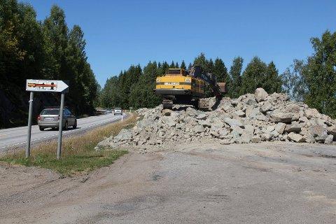 STEINFYLLING: Rasteplassen på Hanor er gjort om til en diger steinhaug.