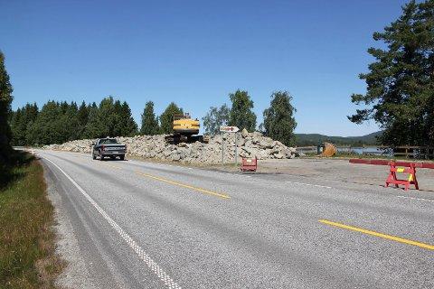 LAGRINGSPLASS: Slik så det ut i juli 2018, ikke lenge etter at  rasteplassen på Hanor ble fylt opp med 2000 kubikkmeter stein. Fortsatt ligger det store steinmasser på stedet.