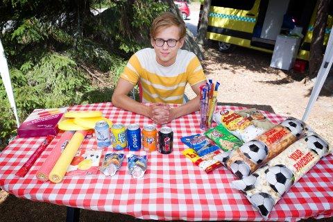 SOMMERJOBB: Kasper Holme Haldammen (17) har startet opp kiosk på Bæreia badeplass denne sommeren.