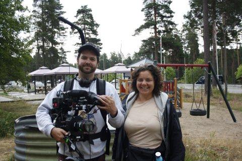PÅ JOBB: Fotograf Per Kristian Lind og regissør Vilde Egge storkoser seg med serieskaping på Montebello Camping.