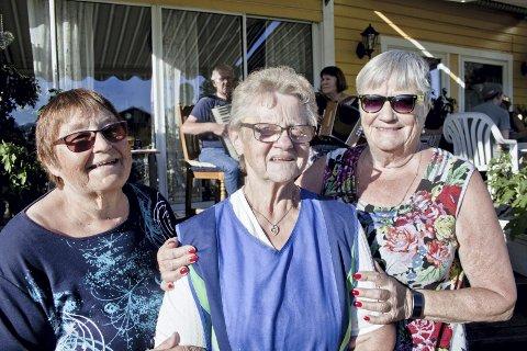 ILDSJEL: Karin Synnøve Holterud (midten) åpnet hagen sin for NFU Våler og Åsnes. Marit Nilsen (t.v) og Marit Kynndalen (t.h) var svært begeistret for ildsjelens engasjement.
