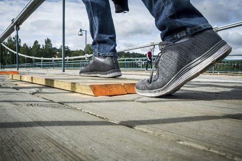 KANT: Den midlertidige reparasjonen av fortauet besto i å skrue fast nye planker, som er 3,6 centimeter høye, over de skadde. Man må passe på å løfte på beina når man går.