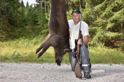 SKUTT: – Vi så villsvinet da det gikk mot potetåkeren, sier Thor Grasmo (73) på Setskogen. Han felte sitt første villsvin hjemme på Grasmobanen, det er rett ved Eidskog kommune.