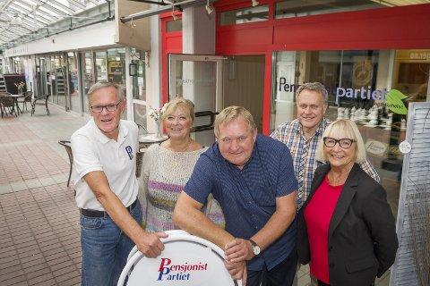 PARTIKONTOR: Pensjonistpartiet i Kongsvinger har nå fått kontor i Gågata. Fra venstre: Eirik Ross, Laila T. Shultzer, Kurt-Gøran Adriansen, Helge Thomassen og Reidun Hagerud.