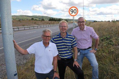 SAMSTEMTE: Frp-trioen Hans Andreas Limi (t.v.), Tor André Johnsen og Tom Staahle vil bytte ut 90-skiltet på E16.