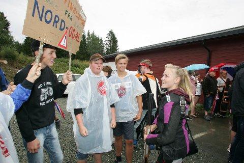 GLAD: Benedicte C. Bergstrøm ble tatt imot med jubel av denne flotte gjengen fra Nord-Odal Skytterlag etter sin flotte finaleinnsats.