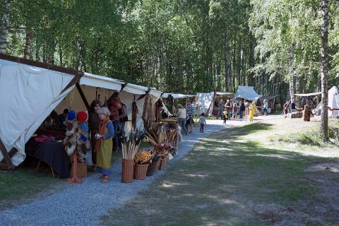 AVLYST: Det planlagte vikingmarkedet på Årnestangen er avlyst på grunn av den ekstreme skogbrannfaren. Bildet er fra markedet i 2014.