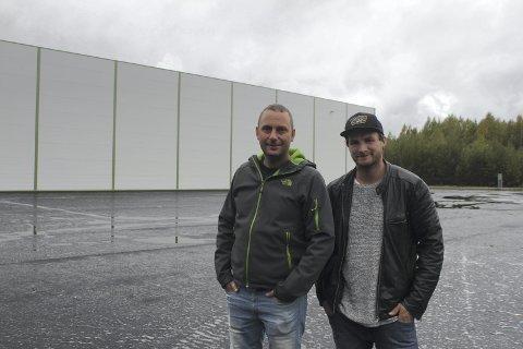 STORT OPPDRAG: Lars Dybendal og Jørn Rismoen fra Armec AS på Sønsterud er fornøyd med hvordan Grinder Felleslager ble seende ut. 2500 kvadratmeter med potetlager er klart til å ta imot de første potetene om kort tid.
