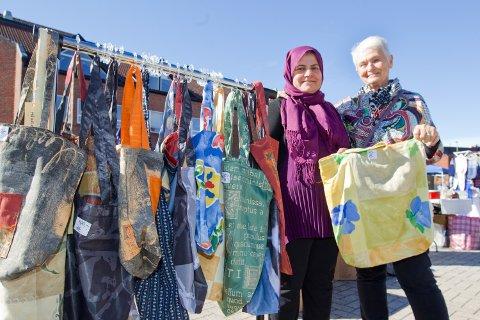 SOSIALT: Anne Hagen og Bajan Ismail er en del av «Prosjekt Redesign» hvor man møtes for å sy sammen.
