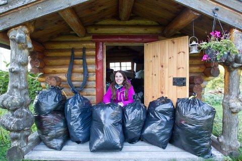 KONTAKT: Pia Cecilie Gundersen håper å komme i kontakt med bedrifter med stort hjerte, som kan ta sekkene med barneklær med seg til Tallinn.