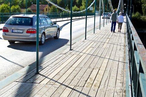 Statens vegvesen bruseksjon har skiftet ut 54 dårlige planker på Vingerbrua, eller gamlebrua som den kalles.