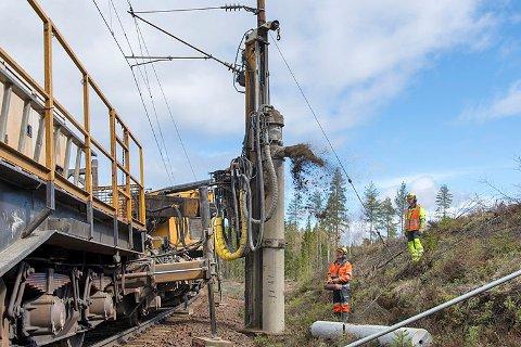 På strekningen Lillestrøm-Fetsund skal to boretog i sving med å bore for fundamenter til nye kontaktledningsmaster.