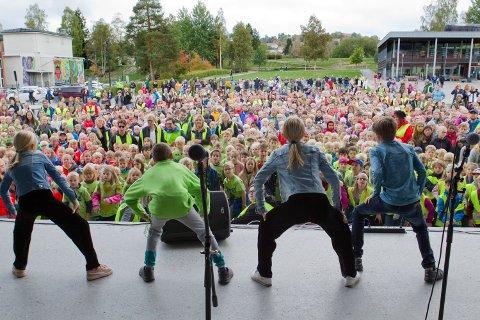 Alma, Benjamin, Emma og Sigurd Elias hadde øvd ekstra på dansen, og bidro fra scenen med å få elevene med på de innøvde dansetrinnene under årets BlimE-aksjon i Kongsvinger.