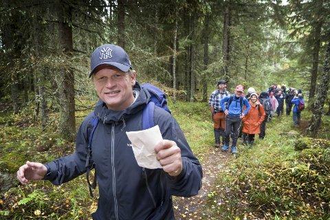DIKT: Barnebarnet til Hans Børli,, Ole Christian Børli Karterud, gikk søndag i sin bestefars fotspor fra Oppistuen til Bæreia. Med seg hadde han upubliserte dikt som skulle leveres til redaktøren i Glåmdalen. Mange var med ham på turen over skogen.BILDER: JENS HAUGEN
