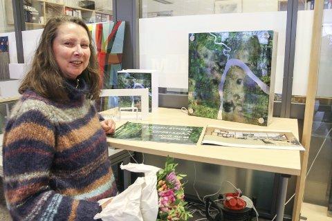 SKOGEN SYNGER: Jenny Alnæs med sitt vinnerutkast «Skogen synger», med rot i Hans Børlis dikt, og «Oppstadåa». Motivet bak kommer som en collage og dekker hele det 12 meter høye klatretårnet.