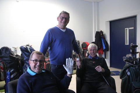 PÅ REISE FRA STOLEN: John Olav Aamodt (i midten) holder det gående for mange golfere. To av dem er Gunnar Pettersen (t.v.) og Stein Aasvestad.