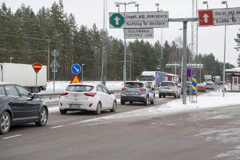 SKAL JAGE PÅ BEGGE SIDER: Politistasjonssjef Gjermund Thoresen sier at han og hans kollega i Arvika ønsker seg en politistyrke som skal etterforske lovbrudd på begge sider av grensen, og jage de kriminelle miljøene som operer i grensetraktene. Han påpeker at bl.a. mye narkotika krysser grensen ved Morokulien.FOTO: JENS HAUGEN (ARKIV)