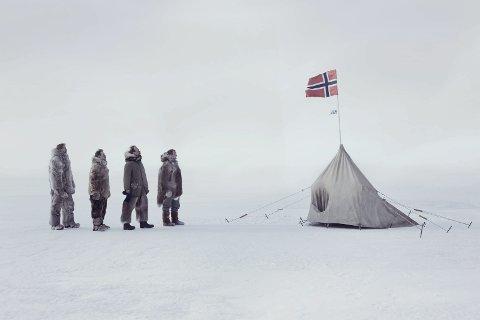 POLPUNKTET: Fra filmen «Amundsen», om polfarerens liv. Her i ærbødighet med det norske flagget på plass.