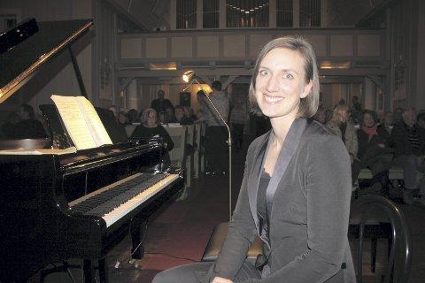 Support: Kantor Berit Billingsø hadde den beste plassen ved siden av Gimse og skiftet notene på pianoet.