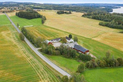 TIL SALGS: Voll gård i Ringsakervegen 1318 er til salgs.