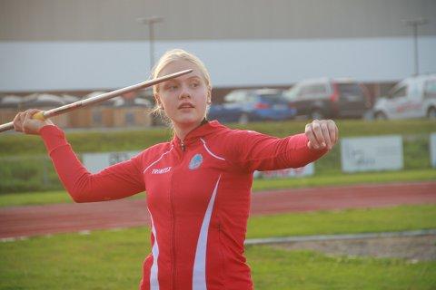 TEKNIKK: 13 år gamle Mali Halldorsson begynte med friidrett ved en tilfeldighet. Flere rekorder og medaljer senere har hun oppdaget et større potensial og nærmer seg blant annet 40 meter i spyd og 1,60 i høyde.