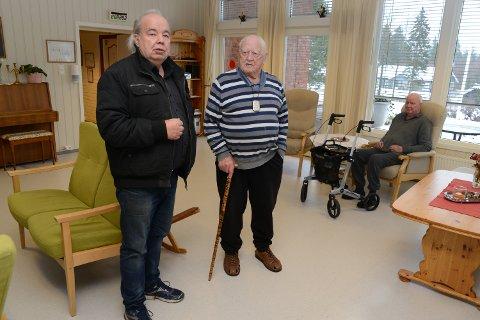 SJOKKERTE – Det er et sjokk både for meg og beboerne, sier Per Roar Bredvold, her i samtale med beboer Erling Blomquist. I bakgrunnen Einar Nyland.