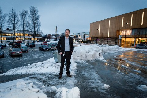 """FOR """"KALDT"""": Ordfører i Ullensaker, Eyvind Jørgensen Schumacher, mener at hvor man hen ferdes med barn i sentrum, så er man omgitt av trafikk og parkeringsplasser."""
