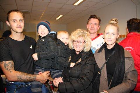 VERDIG MARKERING: For Marius Taugbøl (t.v) og familien ble det en perfekt dag med minnemarkering for Terje Taugbøl og showkamp i Kongshallen.