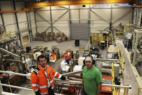 INVESTERER: Schütz Nordic har utvidet, og skal investere for ytterligere 55 millioner kroner i fabrikken på Siva. Både administrerende direktør Erik Plate    k (t.v.) og teamleder Honar Jawhar har mer enn nok arbeid.BILDER: SIGMUND FOSSEN