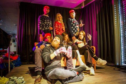 Denne gjengen er klar for juleshow. Bak fra venstre Glenn og Linnéa Paulsen Luijbregts, Per Lunder, Harald Engan, Ingjerd Engj, Hanna Løvberg og Martin Høgberget.