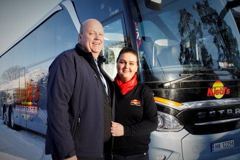 SUKSESS: Kjetil Aasberg og Anja Kleven er klare for nok en tur på hjul. Kjetils Bussreiser AS bringer busslast på busslast med nordmenn på tur både her til lands og i utlandet.