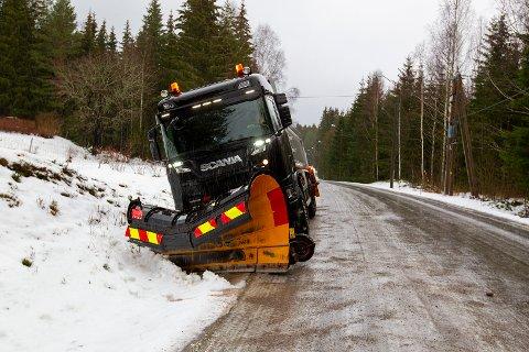 GLATT: Så glatt var det på Finnsrud at strøbilen skled av veien.