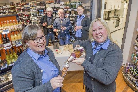 MARKERER: Butikksjef Monica Sørpebøl skjenker alkoholfritt til medarbeider Bente Skarateppen. I bakgrunnen står Ole-Petter Jørgensen, Cato Heiberg fra Kongsvinger Eiendom og butikkmedarbeider Elisabeth Hagen-Aas.