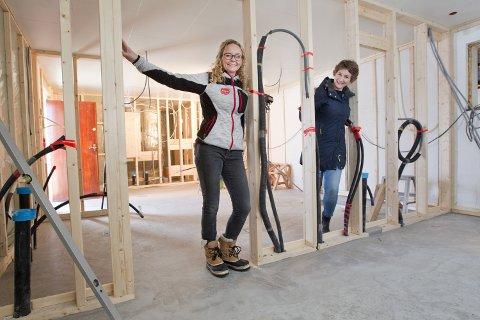 UTVIDER: Linda (t.v.) og Anette Skarstad står her ved det som skal bli storkjøkken, kafè og nye toaletter.