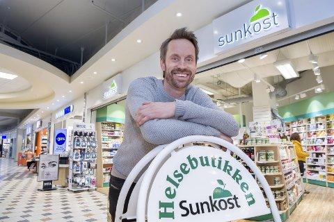 SELGES: Sunkost butikken i Kongssenteret er lagt ut for salg. Marius Dalen selger butikken fordi den ligger for langt unna hjemstedet til familiebedriften som eier den.