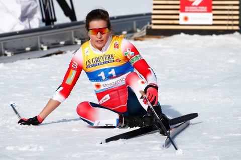 PÅ HÆLA: Tiril Udnes Weng kastet seg over målstreken i sitt kvartfinale-heat i VM-sprinten, men måtte skuffet konstatere at det ikke holdt til semifinale-plass.