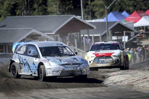 Ben-Philip Gundersen i front under NM-runden på Finnskogbanen i fjor. Her foran Jan-Emil Wilsberg på toppen av bakken og inn i første sving. (Foto: Simen Næss Hagen)