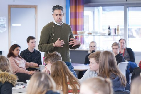 MØTTE ELEVER: Venstrepolitiker og stortingsrepresentant, Abid Raja møtte elever fra Skarnes vg. skole for å prate om integrering og ekstremisme.