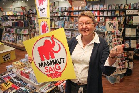 BEST PÅ SALG: Bokhandelen Notabene på Skarnes fikk kjedens beste start på Mammutsalget. Daglig leder Solveig Damlien har all grunn til å juble.