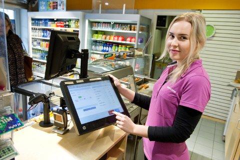 BILLETT: Marita Joramo Dragonmoen jobber hos Narvesen ved Kongsvinger stasjon. Der har de god erfaring med å selge togbilletter til Kongsvingerbanen.