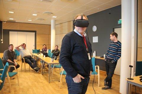 EN ANNEN VIRKELIGHET: Virtual Reality (VR) er etablert i spillhverdagen til mange barn og unge – nå skal også Sør-Odal kommune ta i bruk teknologien. Her tar ordfører Knut Hvithammer en virtuell runde i nye Glommasvingen skole.