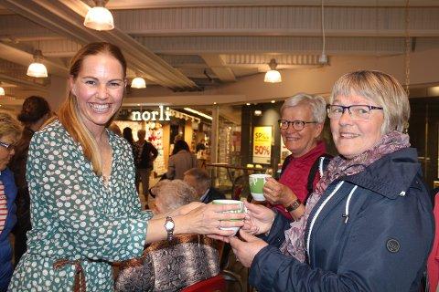 SKRAVLEKOPP: Venke Knutson serverer kaffe i en skravlekopp til Eva Neser og Eli Byvold.