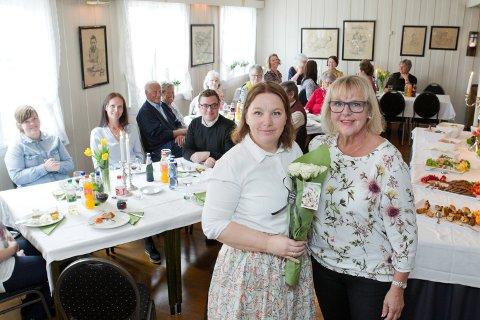 BLOMSTER: Her gir nåværende styreleder, Linda Harbosen (t.v.) blomster til Elisabeth Storsven Kustås som var med på å starte foreningen.