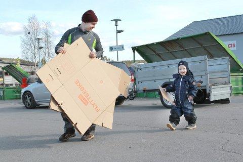 GOD HJELP: Fredrik Lismoen får god hjelp av sønnen Anton. De er her med det fjerde hengerlasset med pappkartonger.