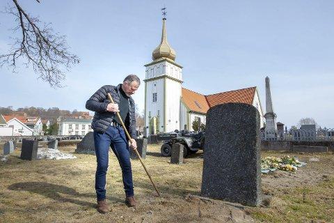 Siste finpussen: Det er slik folk er vant til å møte Svein på kirkegården, med ei rake eller andre redskaper i hendene. Og han har alltid hatt tid til å snakke med folk, noe de har satt stor pris på. Bilder: Kjell R: Hermansen