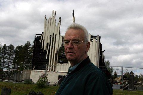 TRAGISK: Kirkeverge Harald Aandstad har ikke ord for det han føler etter at Våler kirke ble påtent og brant til grunnen. FOTO: KENNETH MELLEM