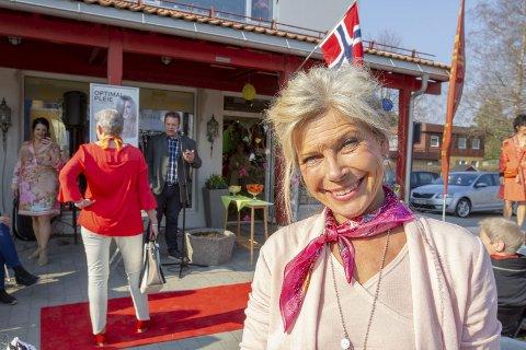 Jubilerer: Etter et raskt regnestykke kunne Bodil Kristin Linner, daglig leder i De Damene, ønske velkommen til 50-årsjubileum og moteoppvisning på Skotterud. Bilder: Kjell R. Hermansen