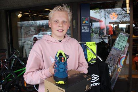 FØRSTE DAG: Kristoffer Ødegård (13) fra Tjura hadde sin første arbeidsdag på Sport 1 Kirkenær under handelsfesten lørdag. Etter et par skosalg og stålkontroll ved tippedisken så han ut som værbitt arbeidskar.